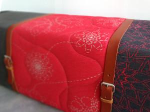 rode bank-details-riemen en stiksels