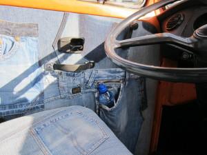uniek interieur gerecyclede jeans denim stoelen en deurpanelen volkswagen T2