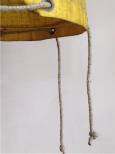 detail lamp oud opbergzak bootzeil