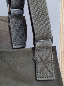 detail-legertentschort-verstelbare nekband