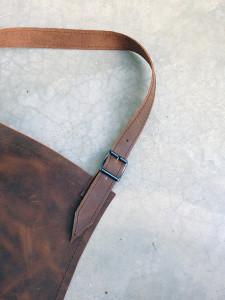 detail-schort-leer-verstelbare nekband