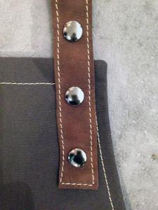detail-schort-verstelbare leren nekband