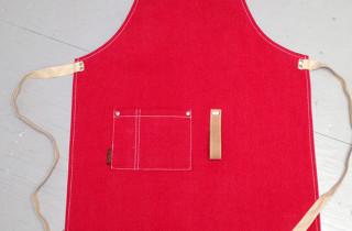 schort-rood-canvas-leren nekband en lus voor glasdoek